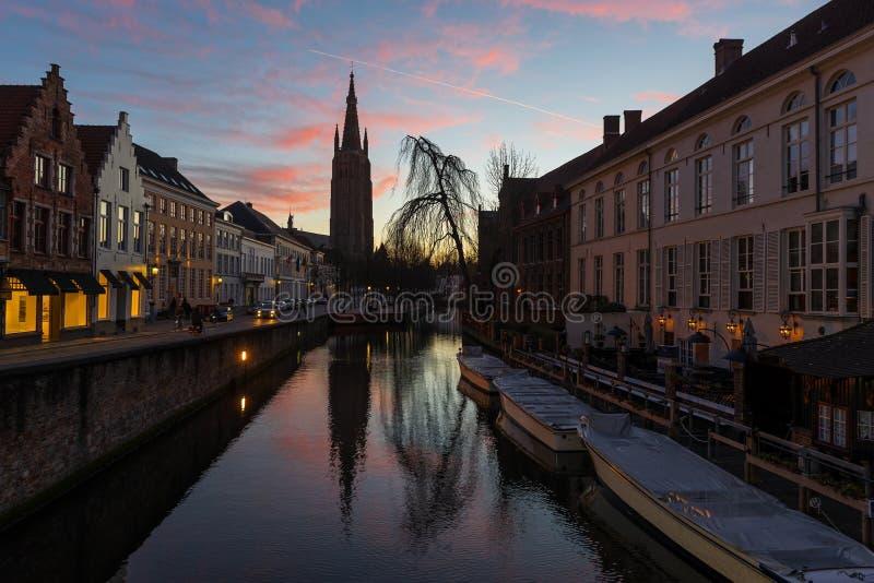 在日落,比利时的布鲁日运河 免版税图库摄影
