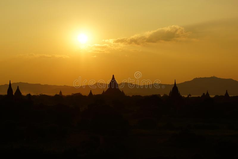 在日落,缅甸,亚洲前的Bagan 免版税库存图片