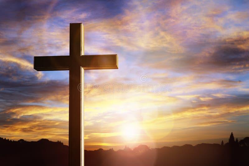 在日落,耶稣基督在十字架上钉死的十字架  免版税库存图片