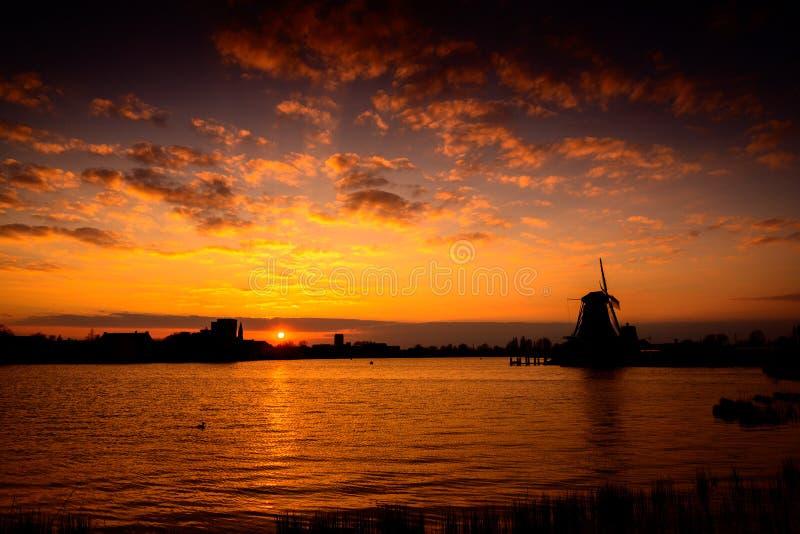 在日落,荷兰的荷兰风车剪影 免版税图库摄影