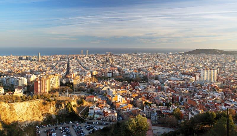 在日落,西班牙的巴塞罗那地平线 免版税库存照片