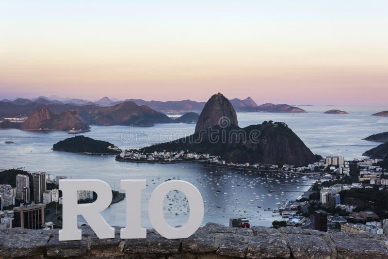 在日落,里约热内卢,巴西的老虎山山 免版税库存图片