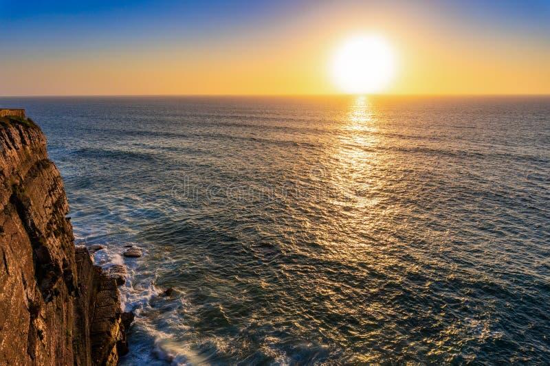 在日落,阿尔加威,葡萄牙的大西洋海岸 库存照片