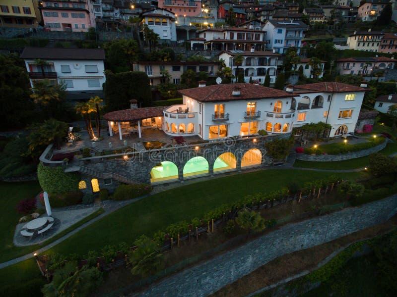 在日落,鸟瞰图的别墅 免版税图库摄影