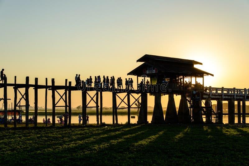 在日落, Amarapura的U Bein桥梁 免版税库存照片
