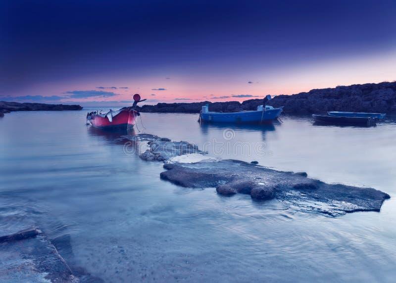 在日落以后的夜海滩 紫色天空 在微明的海风景 免版税库存照片