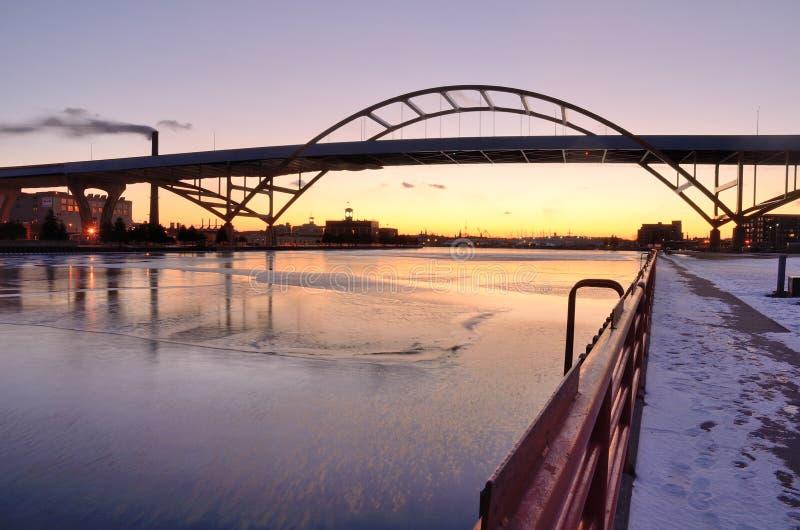 在日落以后的桥梁 免版税库存图片