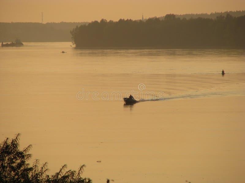 在日落以后的河 免版税库存图片