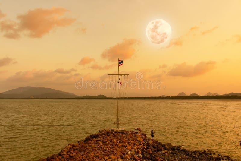 在日落以后的秀丽满月 库存图片