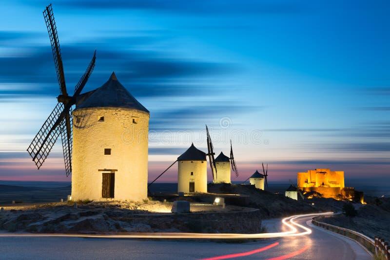 在日落以后的风车,孔苏埃格拉,卡斯提尔La Mancha,西班牙 库存图片