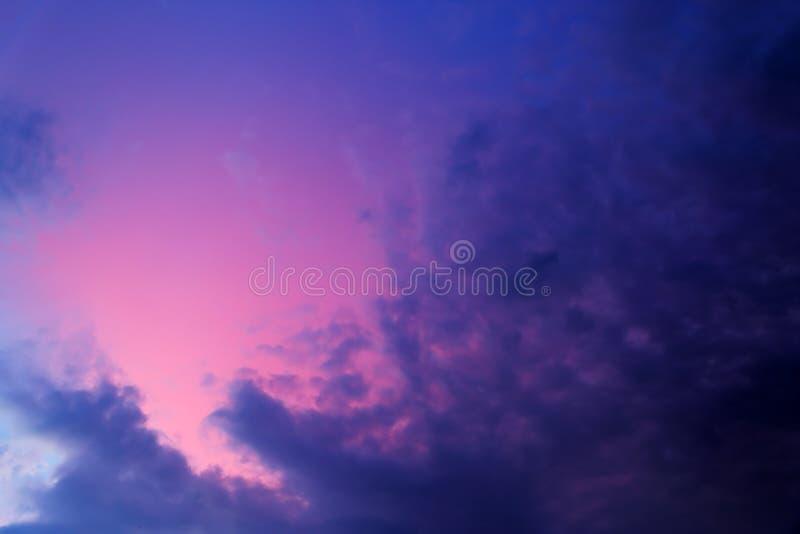 在日落以后的紫色天空 图库摄影