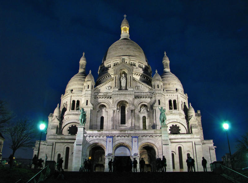 在日落以后的Sacre-Coeur大教堂 免版税图库摄影