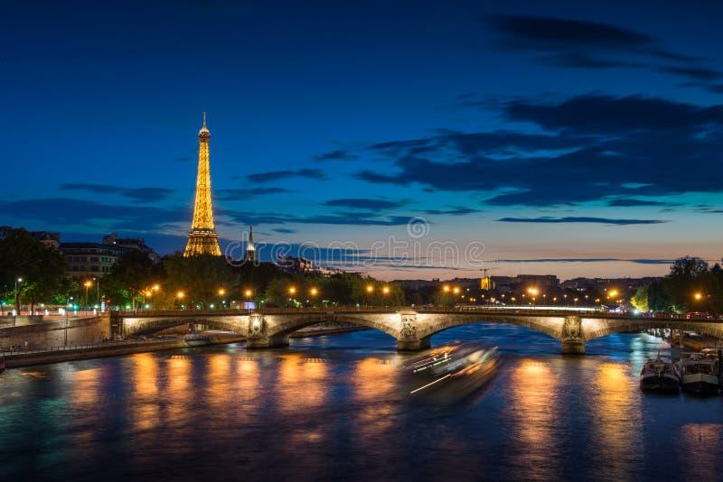 在日落-埃佛尔铁塔的巴黎都市风景 免版税库存图片