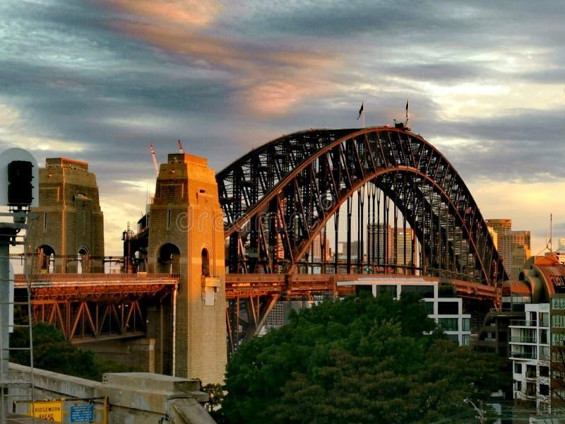 在日落@悉尼澳大利亚的港口桥梁 免版税库存图片