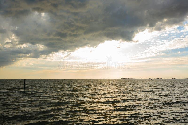 在日落水 库存照片