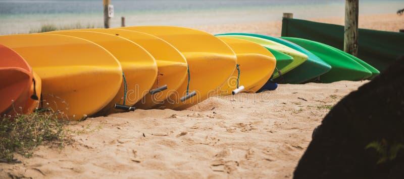 在日间海滩的皮船 免版税图库摄影