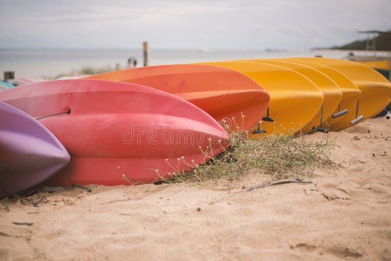 在日间海滩的皮船 免版税库存图片