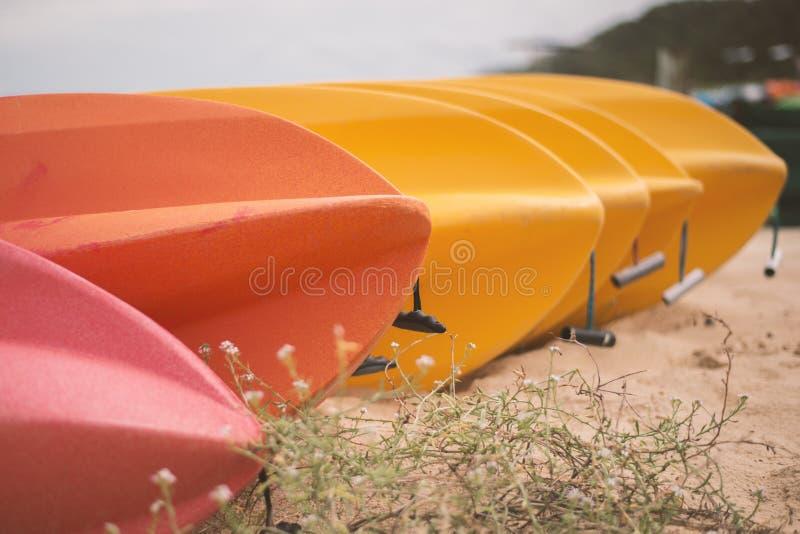 在日间海滩的皮船 免版税库存照片