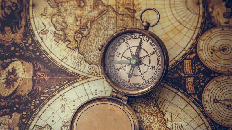 在旧世界地图的古色古香的指南针 免版税图库摄影