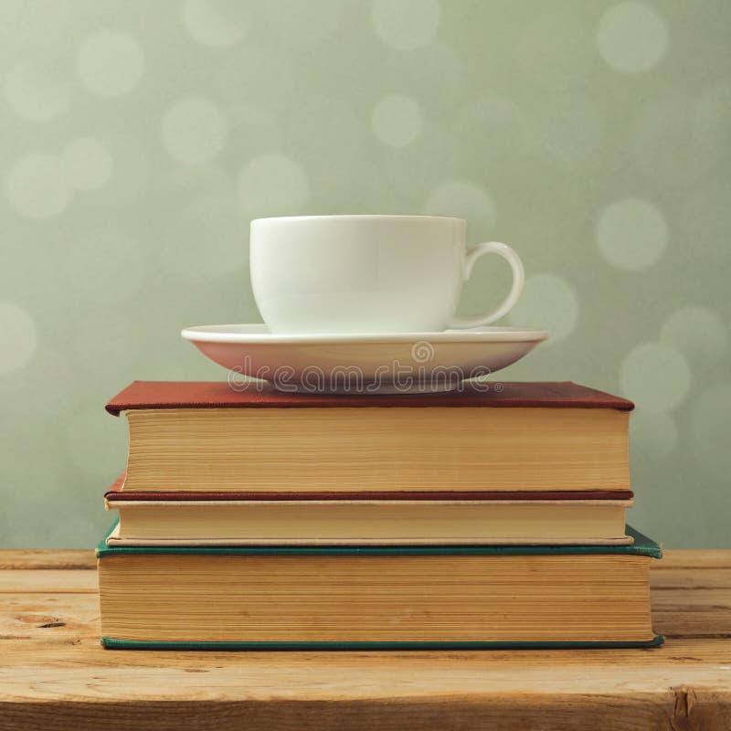 在旧书的咖啡杯 免版税库存照片