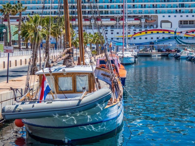在旧港口的小船在卡塔赫钠,西班牙 免版税库存照片