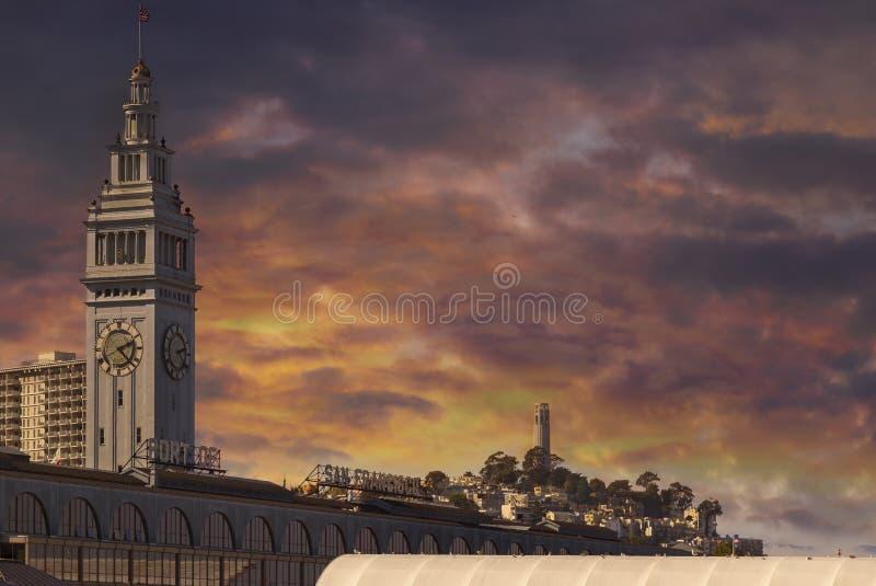 在旧金山在加州美国的轮渡大厦口岸的日落  库存照片