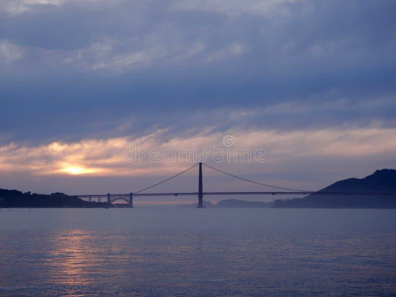 在旧金山湾和金门大桥的日落 库存照片