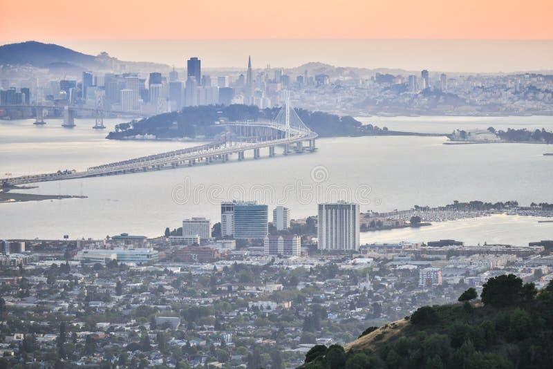 在旧金山的日落,如被看见从伯克利小山 免版税库存图片