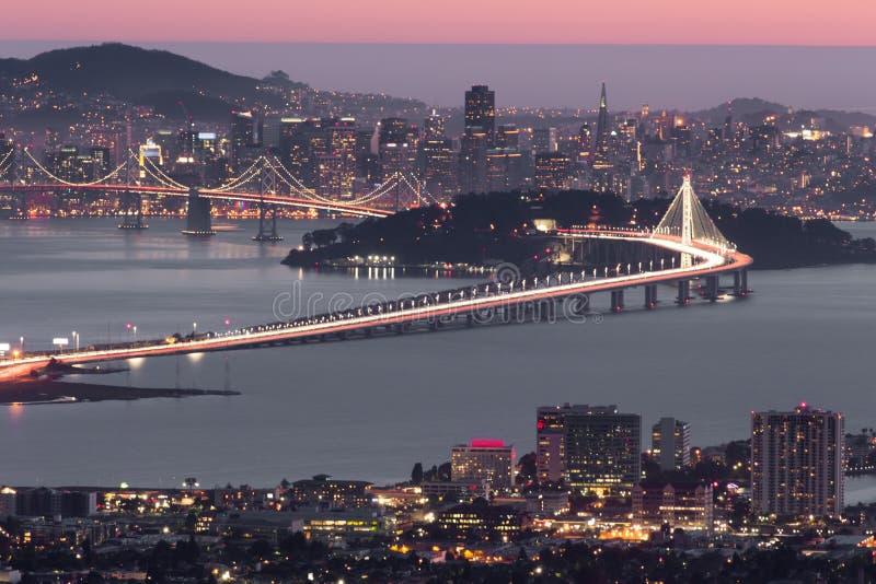在旧金山的黄昏,如被看见从伯克利小山 免版税库存照片