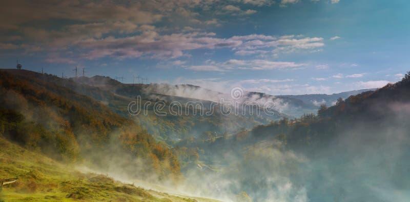 在早晨光的美好的农村山风景与雾 库存图片