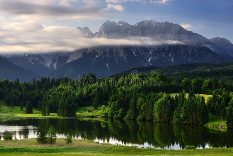 在早晨日出期间的Geroldsee湖,巴法力亚阿尔卑斯,巴伐利亚,德国 免版税库存图片