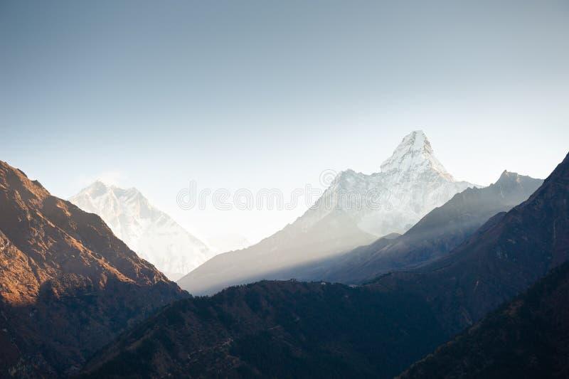 在早晨日出的登上阿玛达布拉姆峰在喜马拉雅山,尼泊尔 免版税库存照片