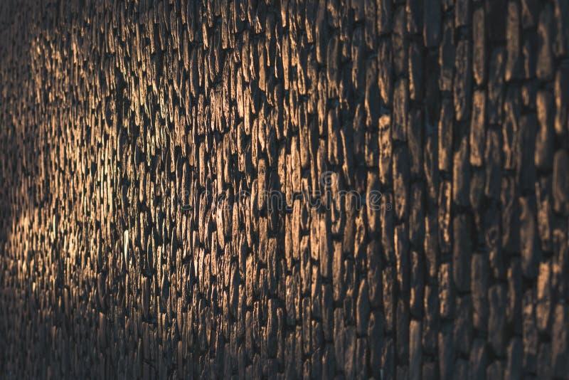 在早晨温暖的光的鹅卵石街道 免版税库存照片