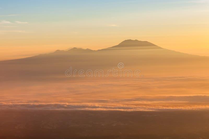在早晨薄雾的Lawu火山在Java的日出 免版税图库摄影