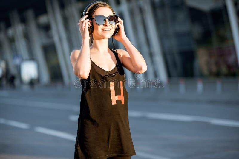 在早晨锻炼期间,炫耀妇女画象 免版税库存图片
