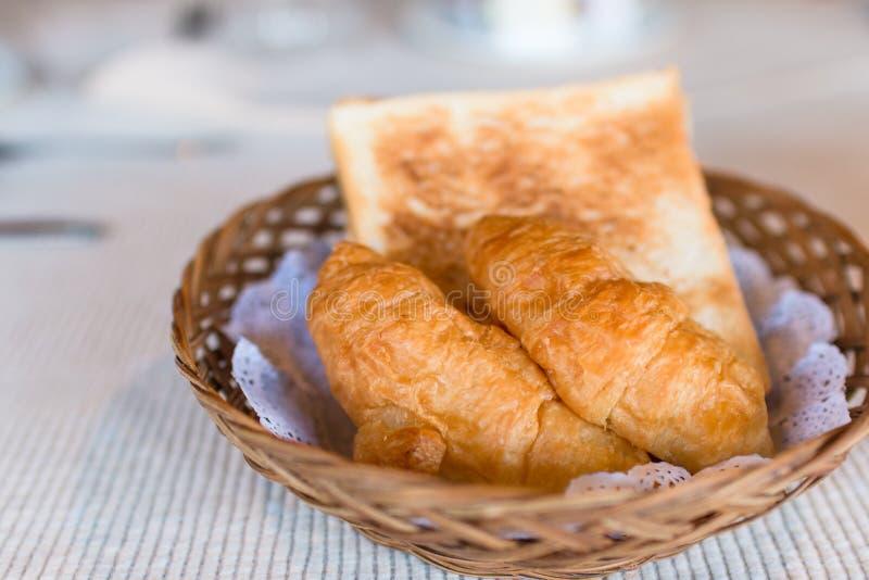 在早餐桌上的新鲜的被烘烤的新月形面包 食物概念,早餐在旅馆里 免版税库存图片