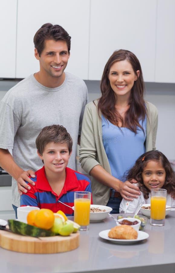 在早餐的微笑的家庭 免版税图库摄影