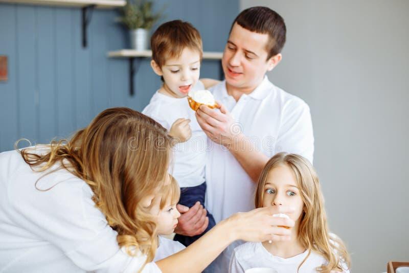 在早餐的愉快的家庭在厨房里 库存图片