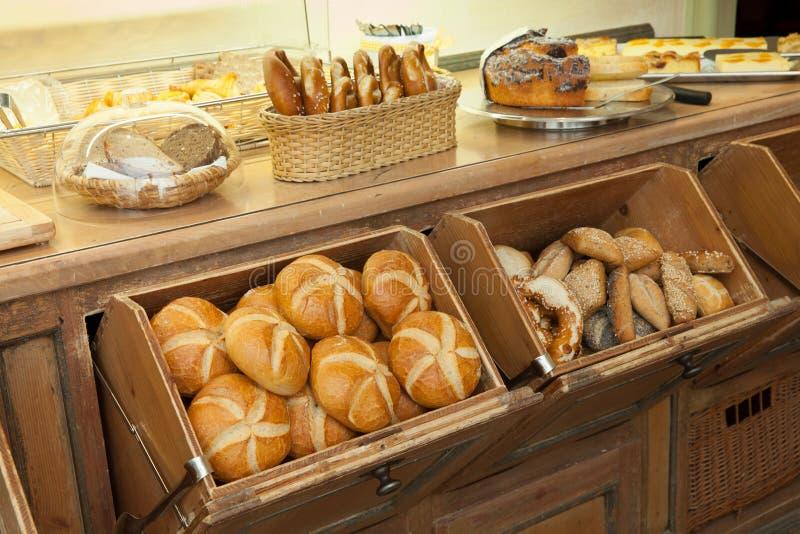 在早餐自助餐的新鲜面包 库存照片