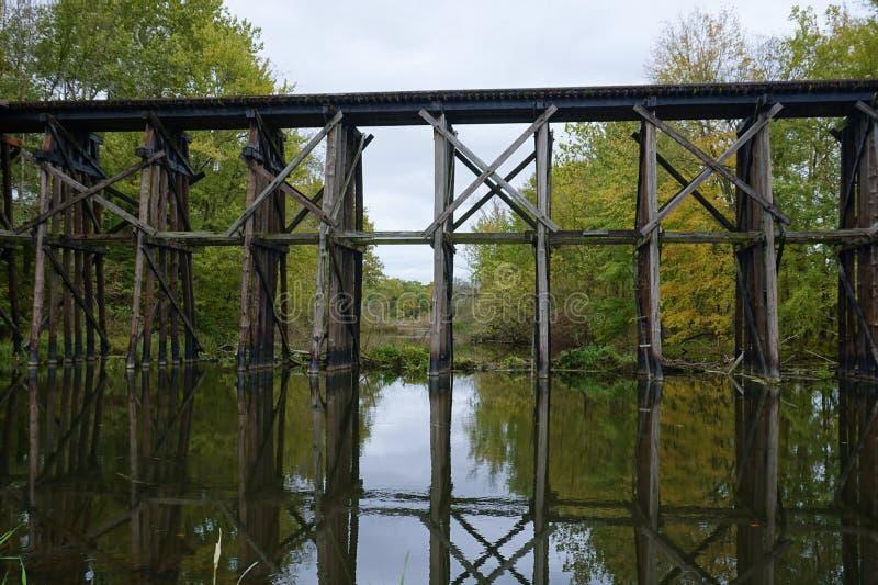 在早Autum的历史的叉架桥在哈密尔顿,密执安 免版税库存照片