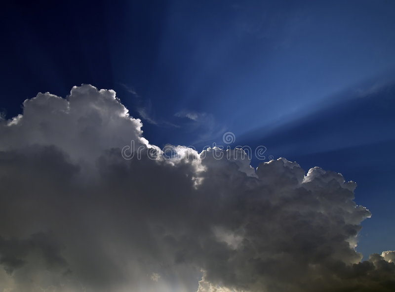在旭日形首饰的云彩 库存照片