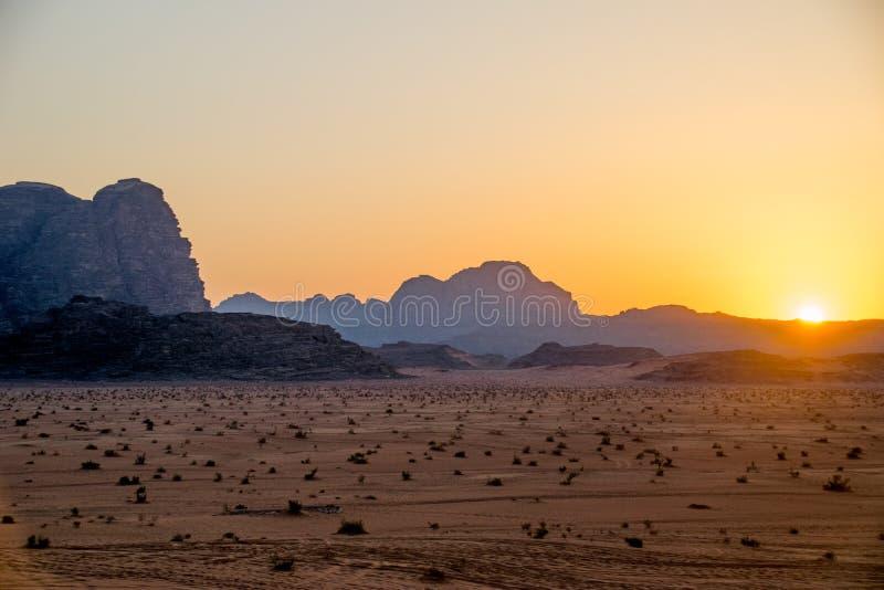 在旱谷兰姆酒沙漠的日落在约旦 库存图片