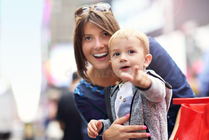 在时代广场照顾获得与她的小儿子的乐趣 库存图片
