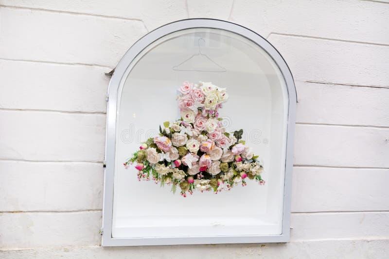 在时尚商店的美丽的白色vitrine在意大利 库存照片