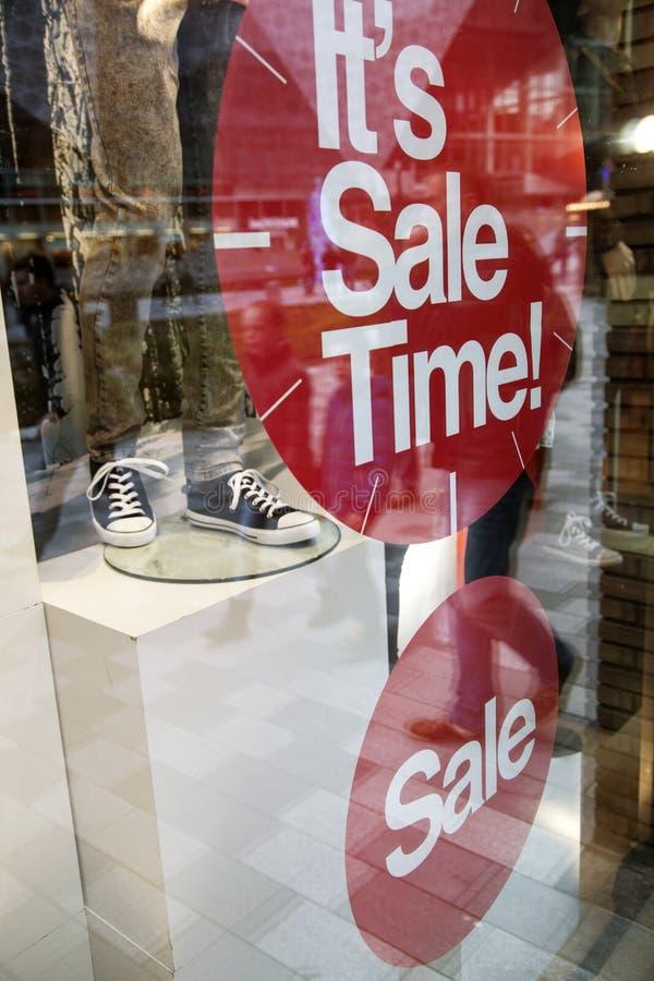 在时尚商店购物wndow的销售  库存照片