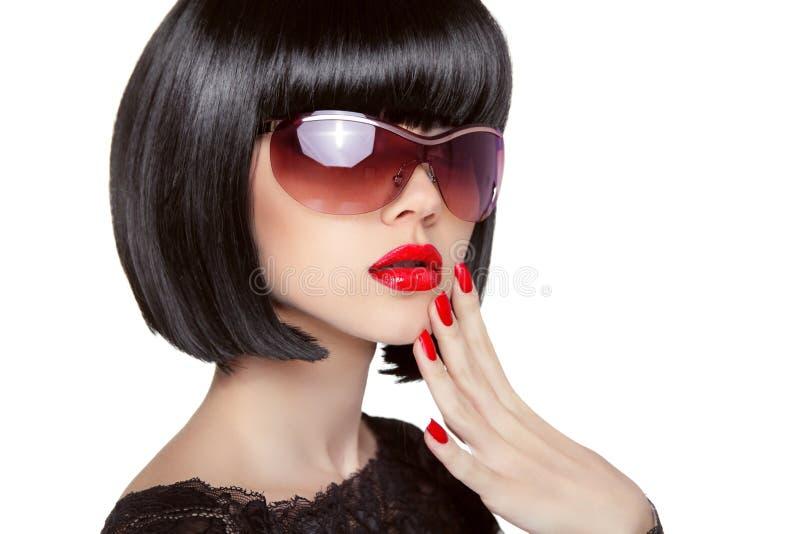 在时尚太阳镜的深色的模型 美丽的魅力妇女wi 库存图片