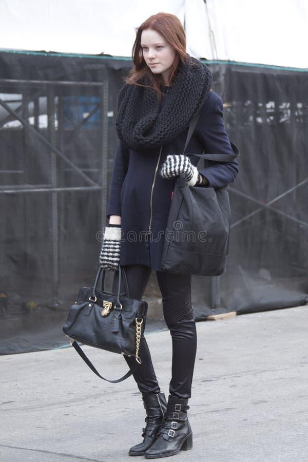 在时尚星期期间,时装模特儿街道样式 图库摄影
