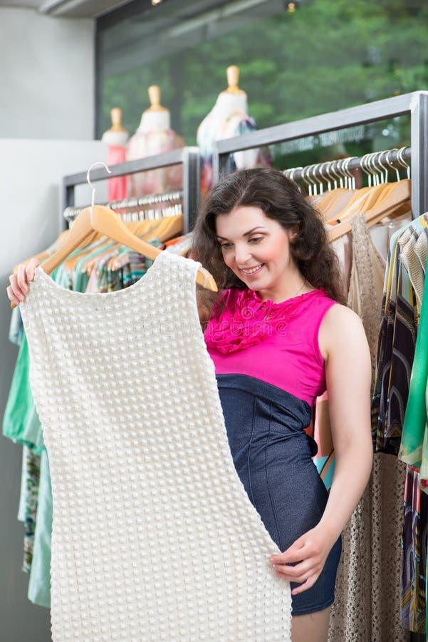 在时尚百货商店的少妇购物 免版税库存图片