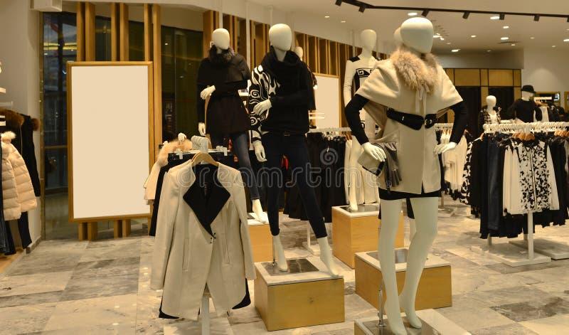 在时装商店里面,秋天冬天时尚时装模特 免版税图库摄影
