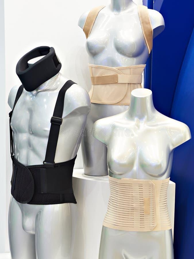 在时装模特的手术后绷带在商店 免版税图库摄影